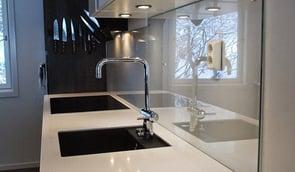 Pusse opp kjøkkenet? Få inspirasjon til glassplate over kjøkkenbenken