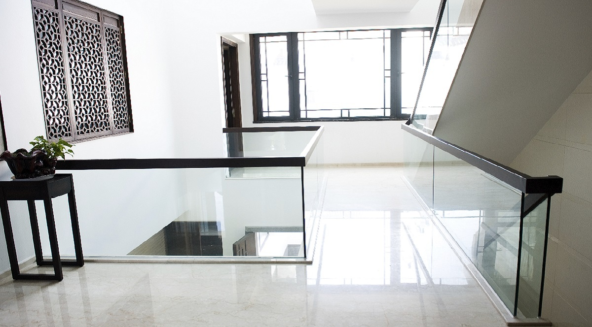 glassrekkverk innendørs