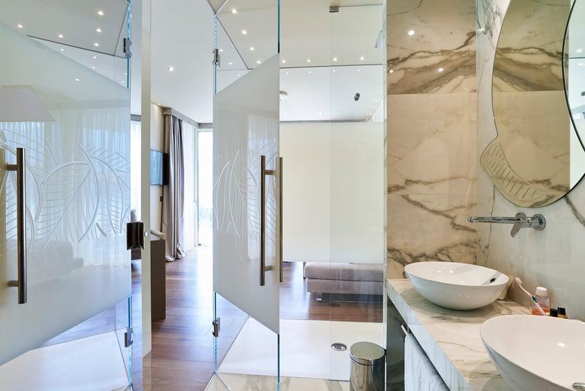 Interiørglass og speil på badet