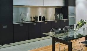 Uenige om TV på kjøkkenet? Da er dette den perfekte løsningen!