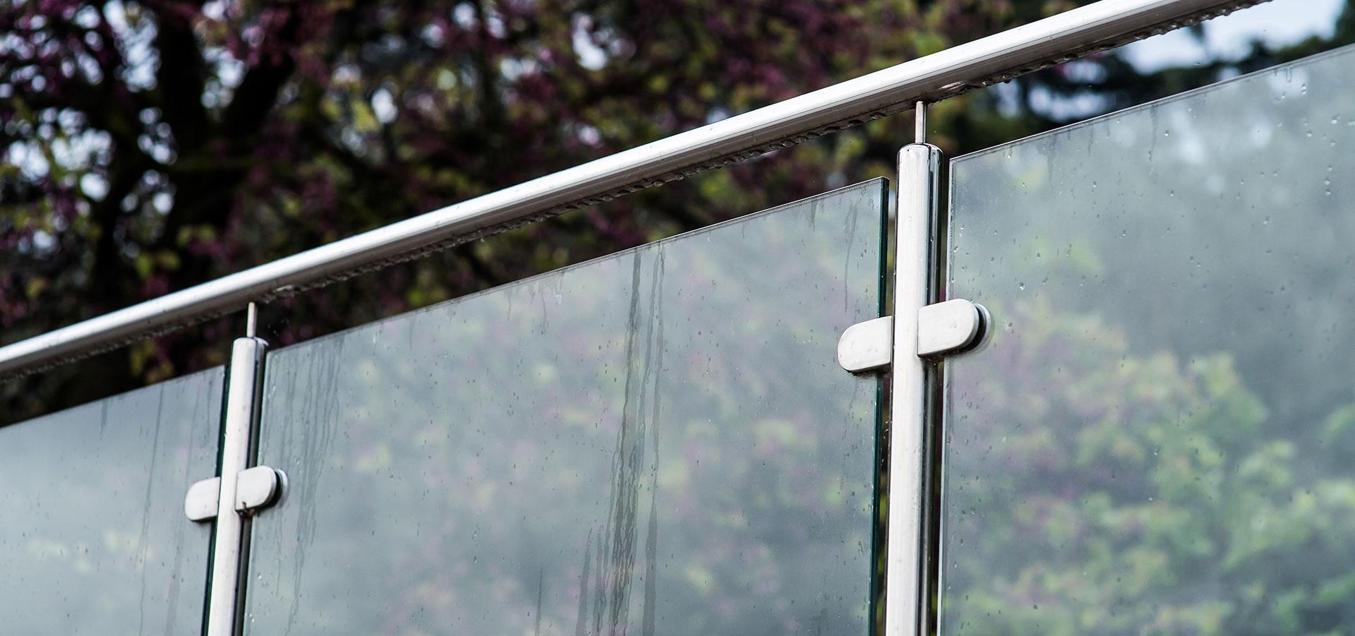 Trekk naturen og lyset inn på terrassen med glassrekkverk