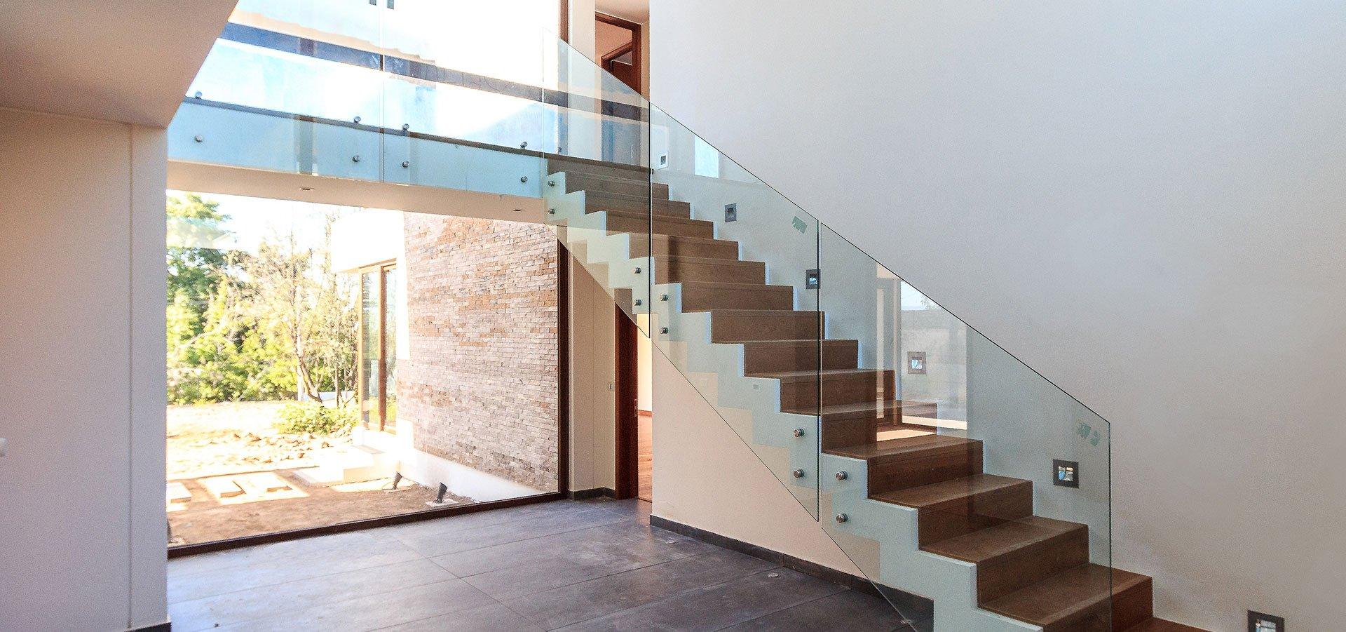 Med rekkverk i glass får du en moderne, tidløs trapp