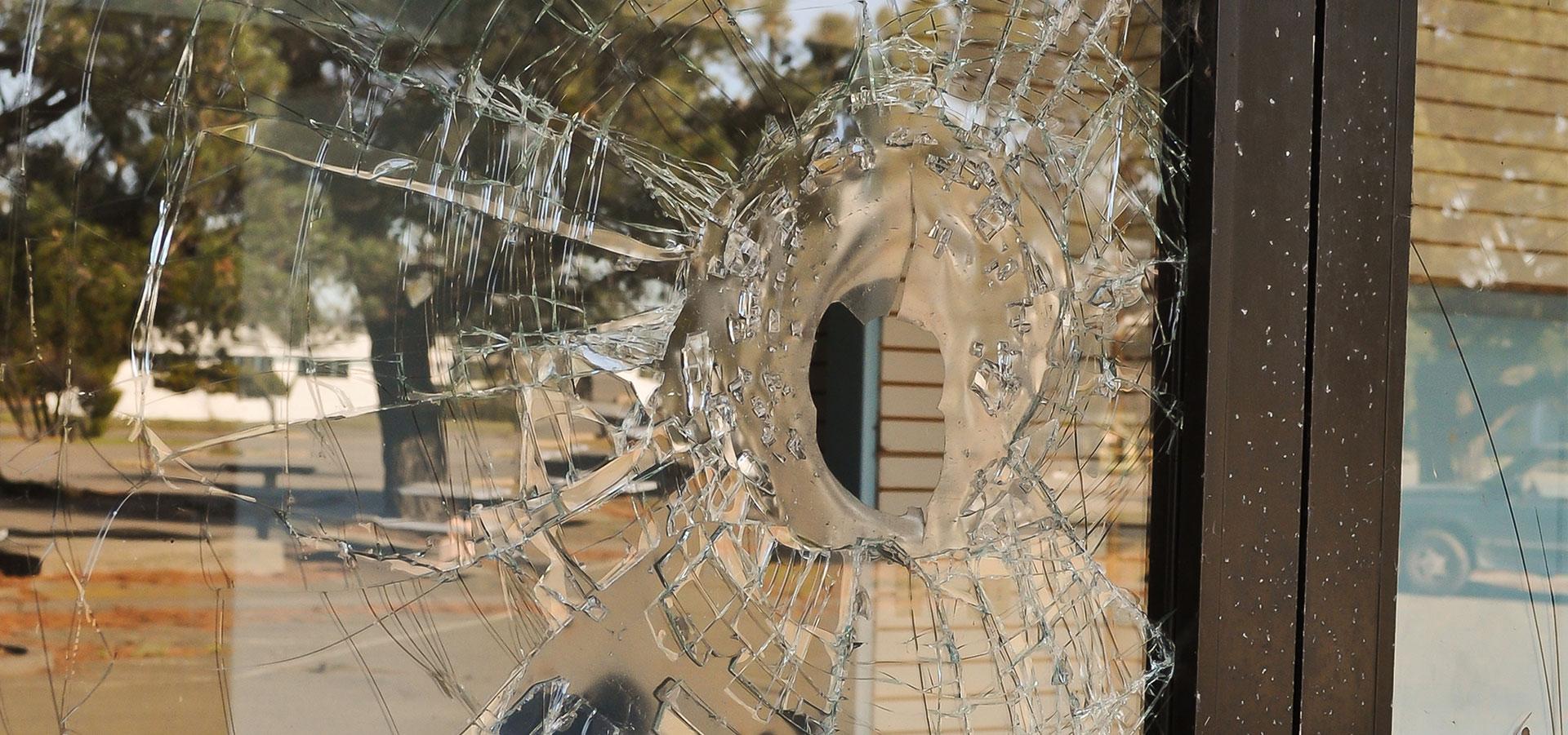 Dette bør du gjøre når innbruddstyver har knust vinduer i hjemmet ditt